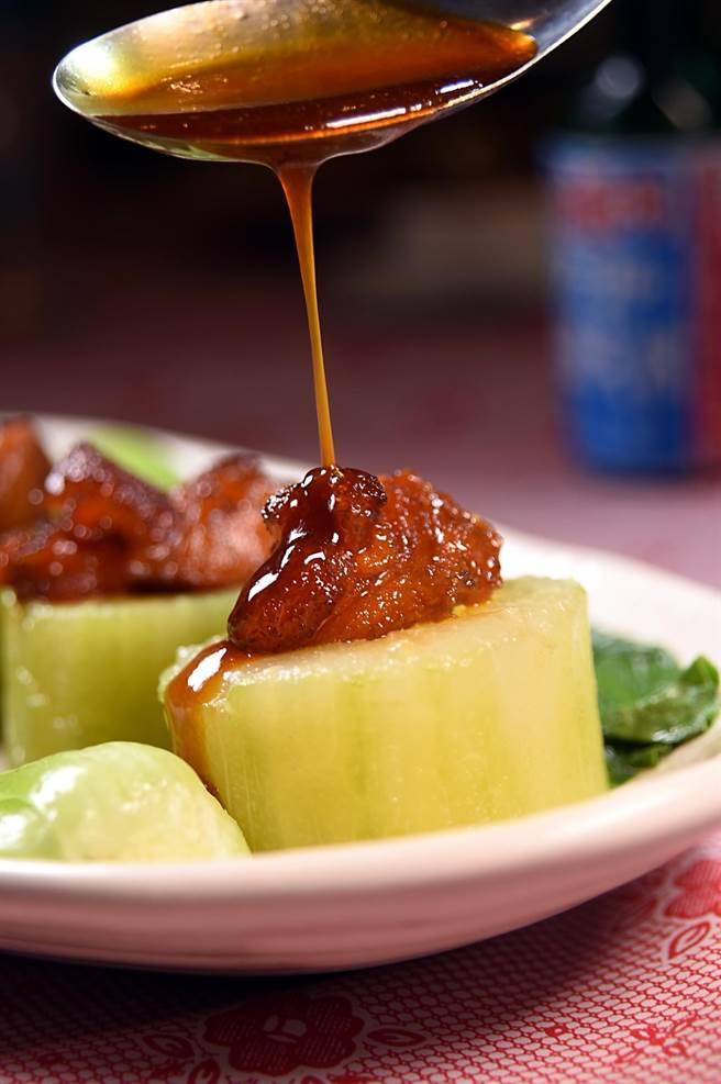 享用以豬膝蓋韌帶烹製的〈紅燒虎掌〉,可以淋上主廚特調的滷汁提味。(圖/姚舜)