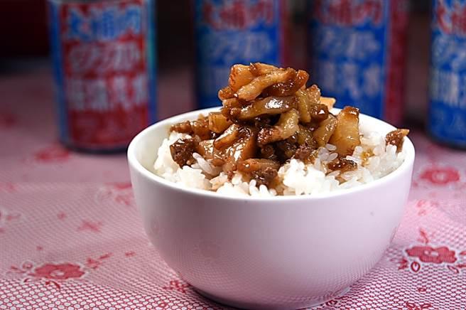〈丰禾日麗〉的〈肉臊飯〉的肉臊,共用了豬腳、豬皮和豬頸3個部位先分別炒過再滷製,形色味皆很誘人。(圖/姚舜)