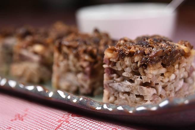 〈府城肉臊芋糕〉其實就是古早味的〈芋籤粿〉,可以配飯、也可當點心,都好吃。(圖/姚舜)