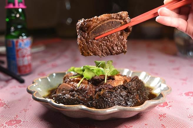 〈梅干菜扣牛肉〉是以油花豐富的美國帶骨牛小排取代豬五花肉,與味道鹹香並帶有甘味的梅干菜合蒸,成菜後風味與口感很誘人。(圖/姚舜)
