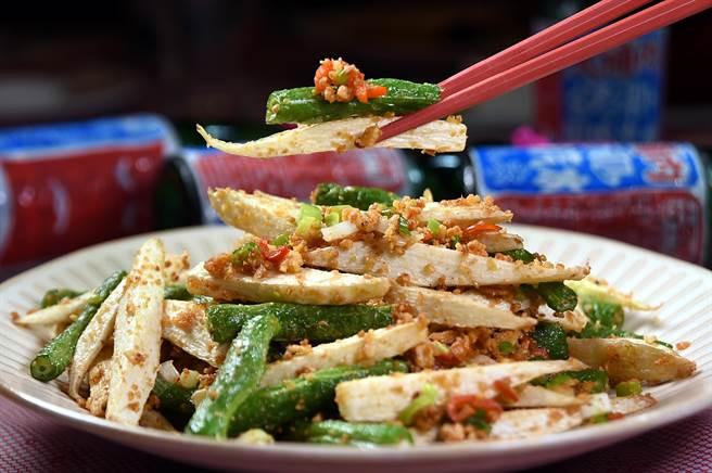 〈蒜酥美人腿〉是用筊白筍和四季豆一起以爆香的蒜酥合炒,每盤180元,也是道下飯菜。(圖/姚舜)
