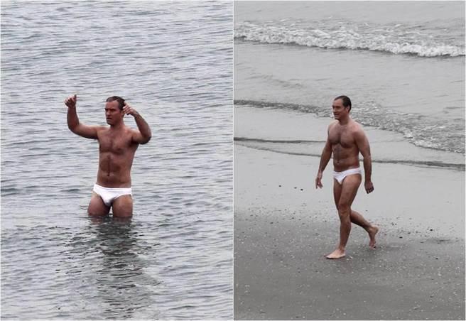 裘德洛大方穿著白色泳褲入鏡拍戲。(圖/達志影像)