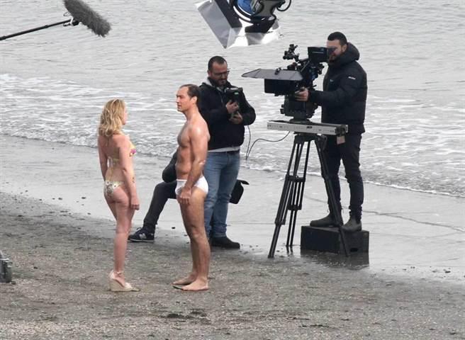 裘德洛穿白色三角泳褲拍新影集。(圖/達志影像)