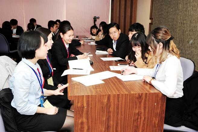 靜宜日文系師生與訪華研修團進行座談,藉此提升台日友好關係、促進國際及文化交流!(陳世宗攝)