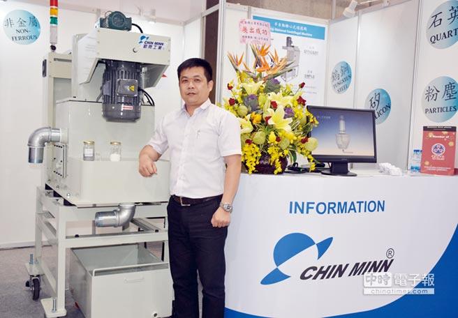 勤閔副總經理李慶城,於2019 TIMTOS工具展現場解說,協助參觀者了解離心式分離機有效淨化切削液。圖/李水蓮