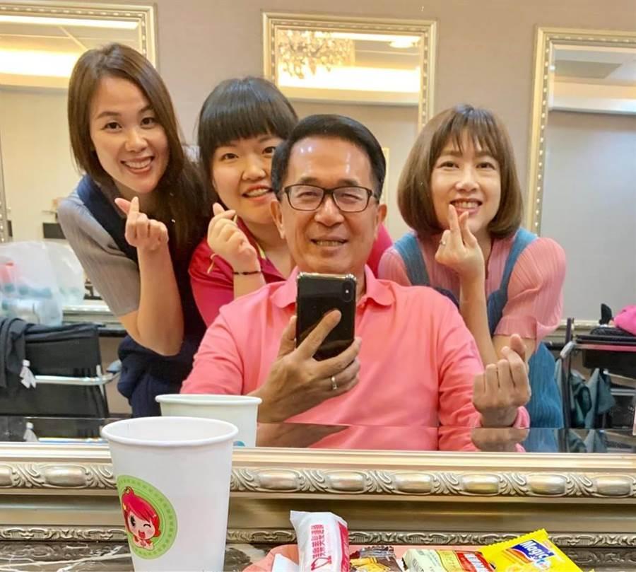 陳水扁與三名年輕女生對著鏡子自拍合照。(擷取自陳水扁新勇哥物語)