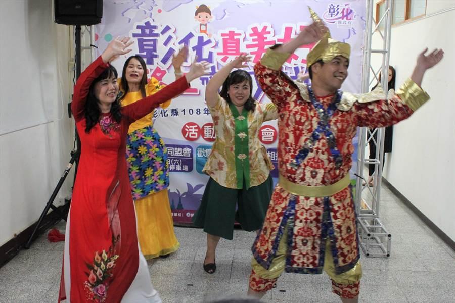 彰化縣政府勞工處安排移工系列活動,首場13日於鹿港文武廟前廣場舉辦「多元文化同盟會」,展現東南亞各國獨特音樂與舞蹈特色。(吳敏菁攝)