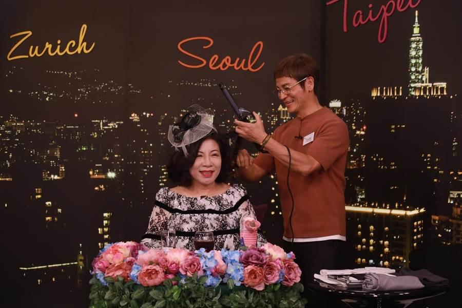 陳文茜開刀治療癌症前錄製節目笑對人生難關。圖左為節目來賓,髮型師Tony。(Yahoo TV)