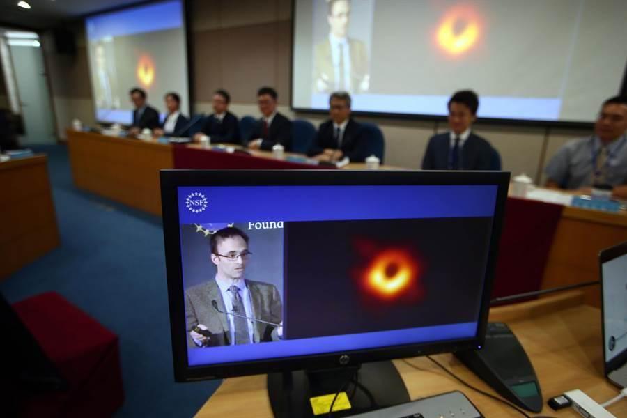 中研院院長廖俊智主持台北現場記者會,螢幕上則為首度拍到的黑洞畫面。(陳信翰攝)