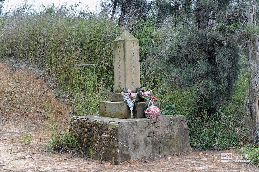 苗栗縣文觀局文資委員會在2015年將「大井確士紀念碑」列為歷史建築,清明時節還有民眾獻花紀念。(巫靜婷攝)