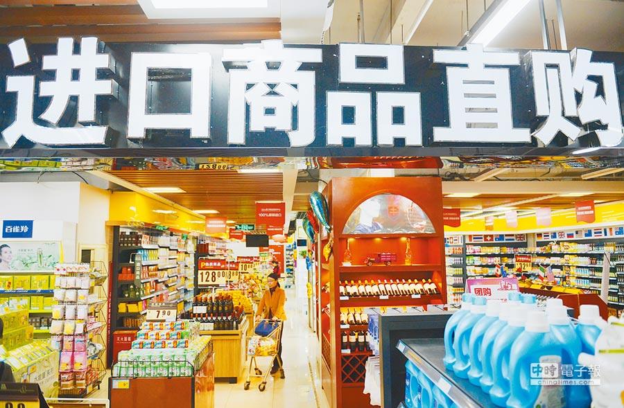 行郵稅下調,日用消費品減稅明顯。圖為河北石家莊一家進口商品直購中心。(新華社)