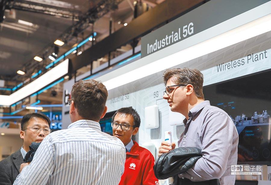 4月7日,德國漢諾威工博會,華為展區的工作人員向參觀者介紹工業5G應用。(新華社)