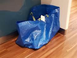 穿婚紗難如廁 她用IKEA袋神解決