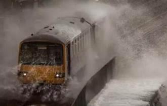 世界最慘火車 若不關窗等被淹死