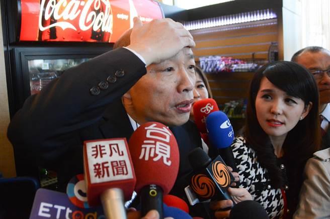 高雄市長韓國瑜摸著額頭,重申台灣主流民意完全不能夠接受一國兩制。(林宏聰攝)