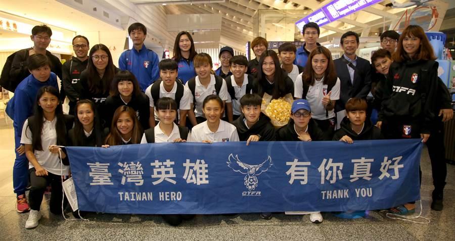 中華女足凱旋歸國,全隊在桃園機場合照留念。(李弘斌攝)