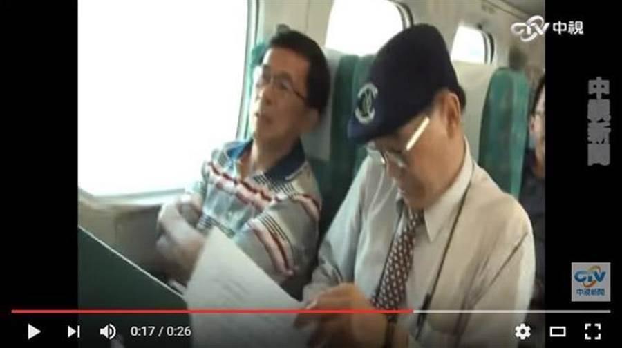 阿扁(左) 日前搭高鐵北上時,突被拍到本來是雙手交叉在胸前,見到攝影機靠近,右手突然有規律顫抖。(翻攝自中視新聞)