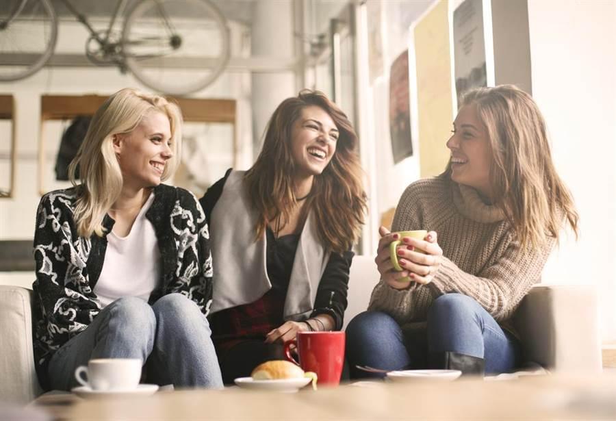 研究指出,多和親戚、朋友互動可以幫助你延長壽命。(圖/達志影像)