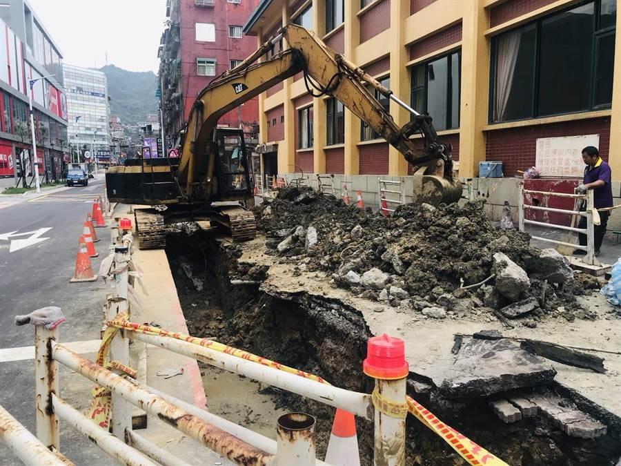 基隆市信義區義六路雙向拓寬工程,原定1月底前完工,卻因台電遲未將電線桿下地,導致工程延宕,目前正在趕工中。(張穎齊攝)