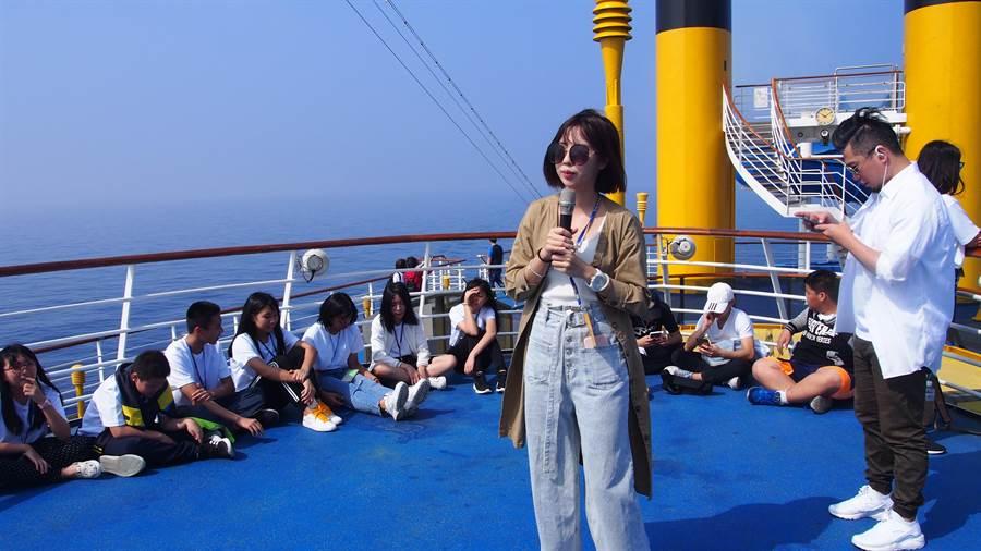 網紅Angle團隊在郵輪上為學童教授直播技巧、影片製作與拍攝方式。(李侑珊攝)