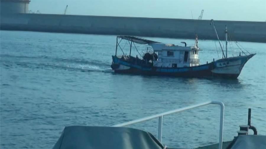 海巡人員靠近非法拖網捕撈漁船,錄影蒐證中。(袁庭堯翻攝)