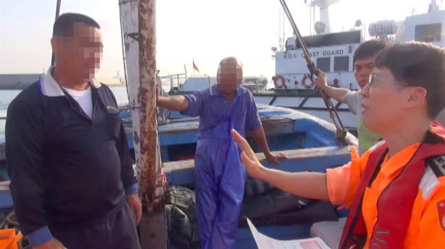 海巡人員告知船主即將面臨最高50萬元的裁罰。(袁庭堯翻攝)