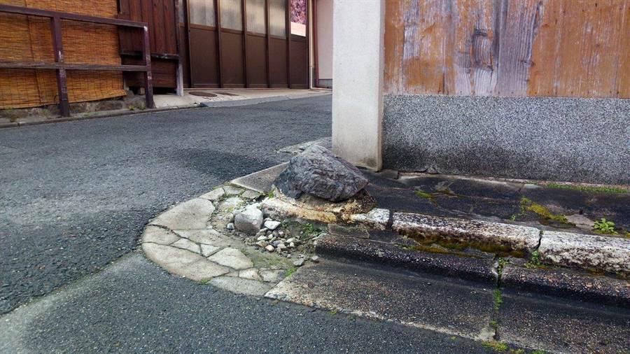 京都人会在住家转角处放置「いけず石」以防车子擦撞(图/翻摄自推特/@okayoriidete)