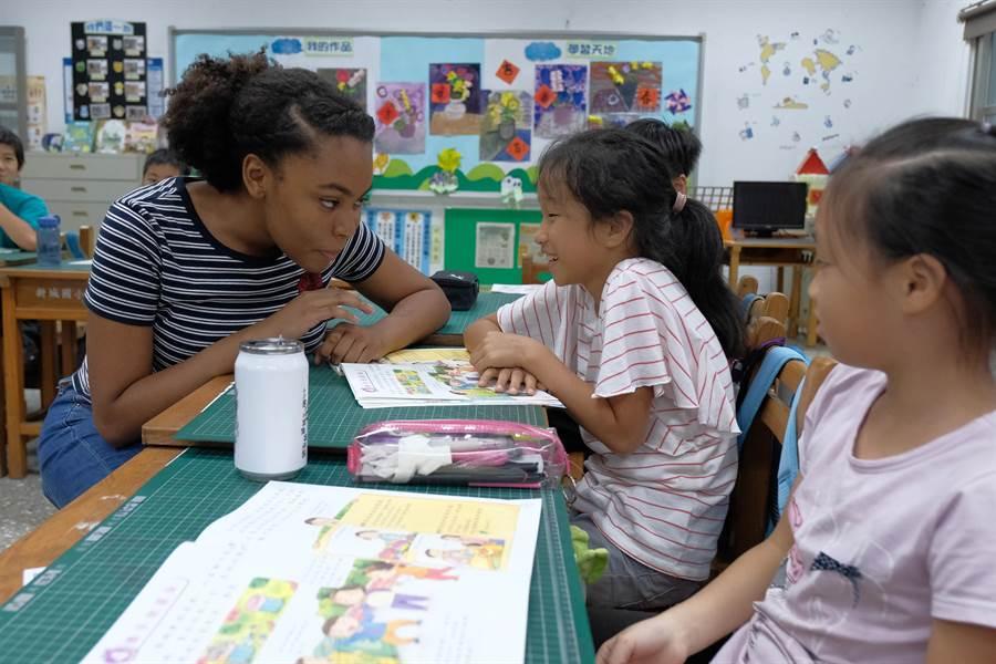 來自美國的交換學生戴安娜 對小朋友詢問喜歡吃什麼食物時說「我喜歡吃臭豆腐!」(羅浚濱攝)