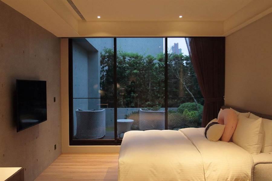 一間「不是最便宜,但是CP值最高的空間」,房間戶戶落地窗採光好,讓媽媽隨時可以欣賞窗外的美景。(圖片來源:中時電子報提供)