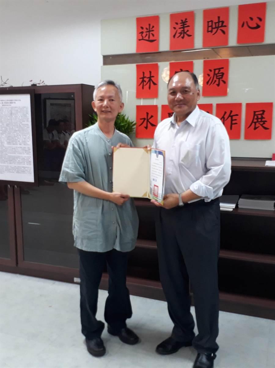 林富源(左)在水里商工展出水墨作品,校長徐文法(右)致贈感謝狀。(沈揮勝攝)