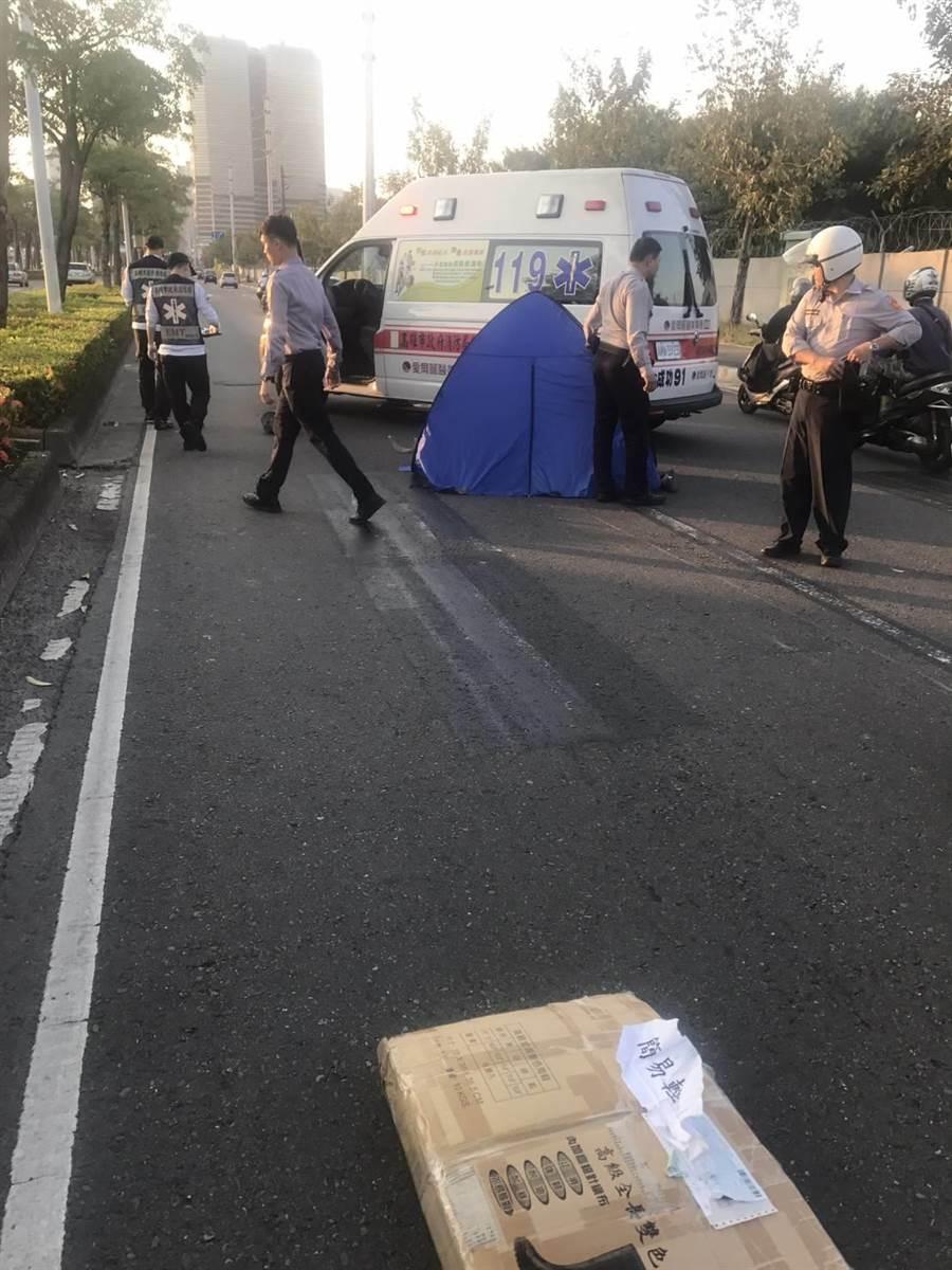 高雄傍晚發生一起死亡車禍,男騎士疑車速過快撞上大客車,傷重慘死街頭。(柯宗緯翻攝)