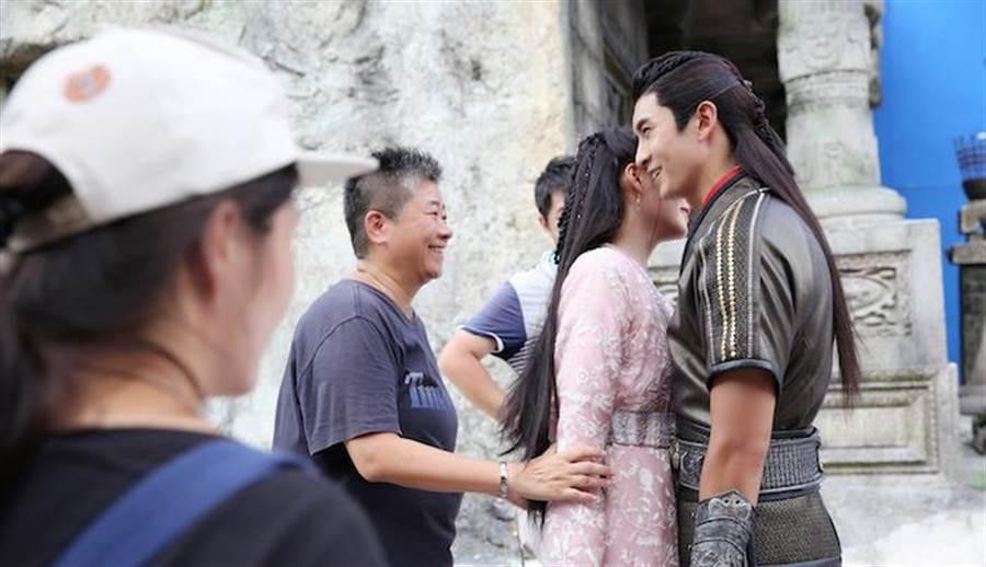 余蒨蒨(左)指導關曉彤、張雲龍拍戲。余