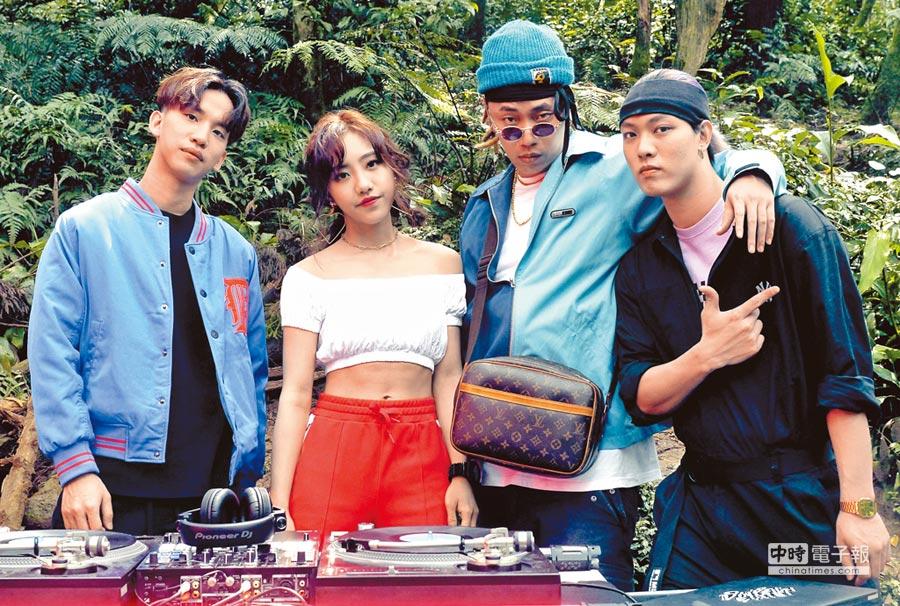 〈看 PRO!〉由DJ DinPei(左一)作曲製作、饒舌歌手Tipsy(右二)作詞,並找來蔡佩軒(左二)合唱,花式扯鈴冠軍趙志翰(右一)也參與MV演出。