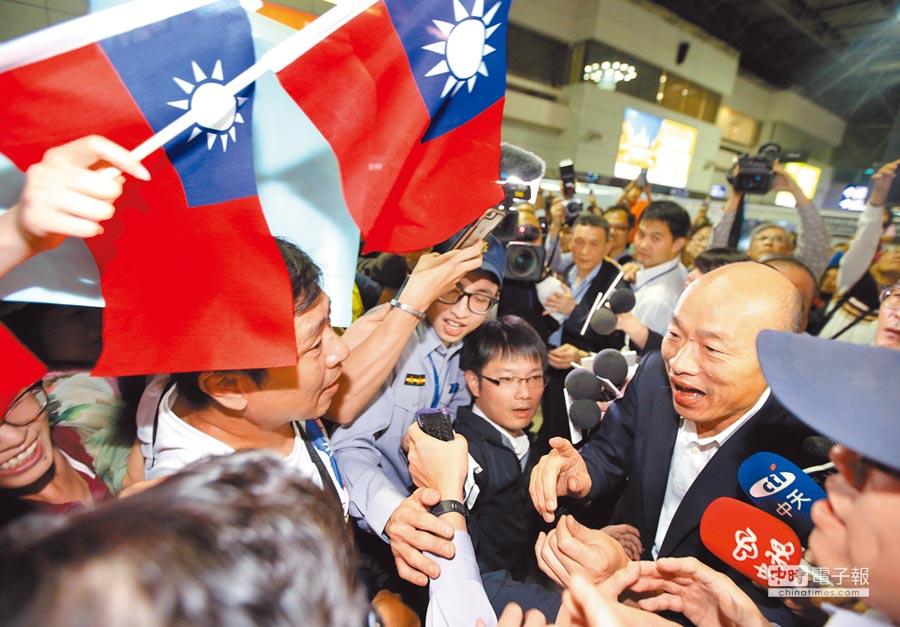 高雄市長韓國瑜(右)9日啟程訪美,送機民眾前往桃園機場爭相上前握手致意。(本報系記者范揚光攝)