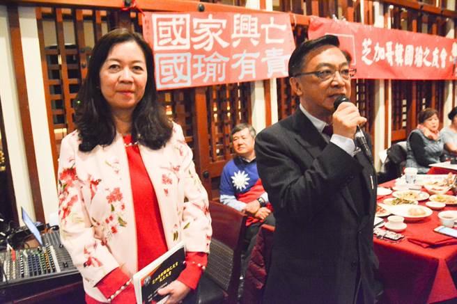 立委陳宜民(右)打臉王丹,指他根本不是什麼費正清合作研究員,只是領有院外訪問學者的證件,方便到哈佛大學圖書館借書而已。(林宏聰攝)