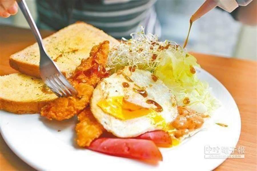 日本營養師幕內秀夫發現,有八成的乳癌患者,早餐都只吃麵包。 (早餐示意圖/本報資料照)