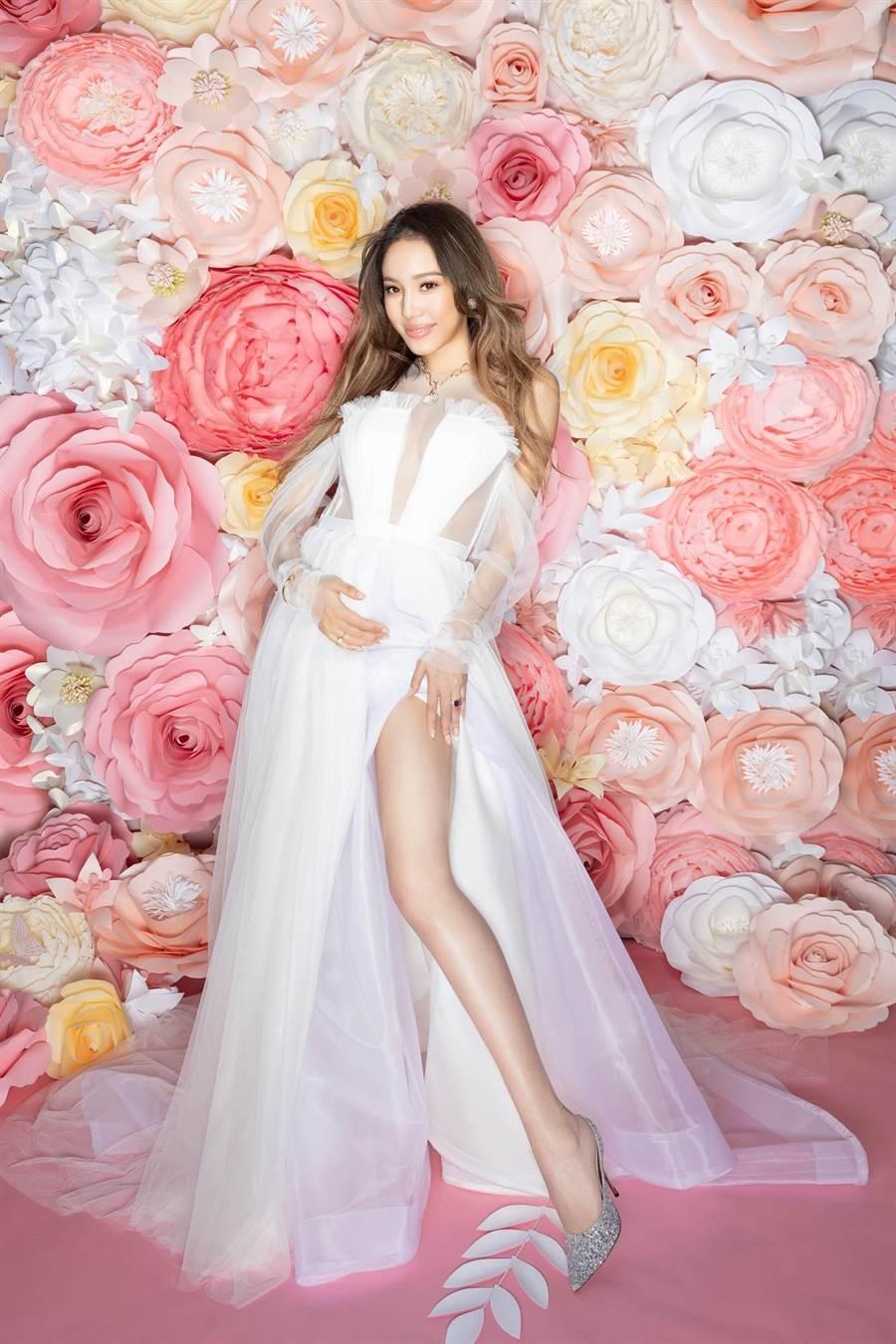蜜多麗穿微風信義館內的「Vera Wang」、「Jimmy Choo」及微風南山館內的飾品「Pomellato」,辣媽一樣時尚。(微風提供)