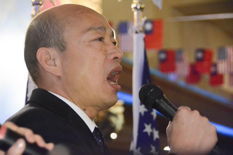 韓國瑜引領全場僑胞高唱中華民國國歌。(林宏聰攝)