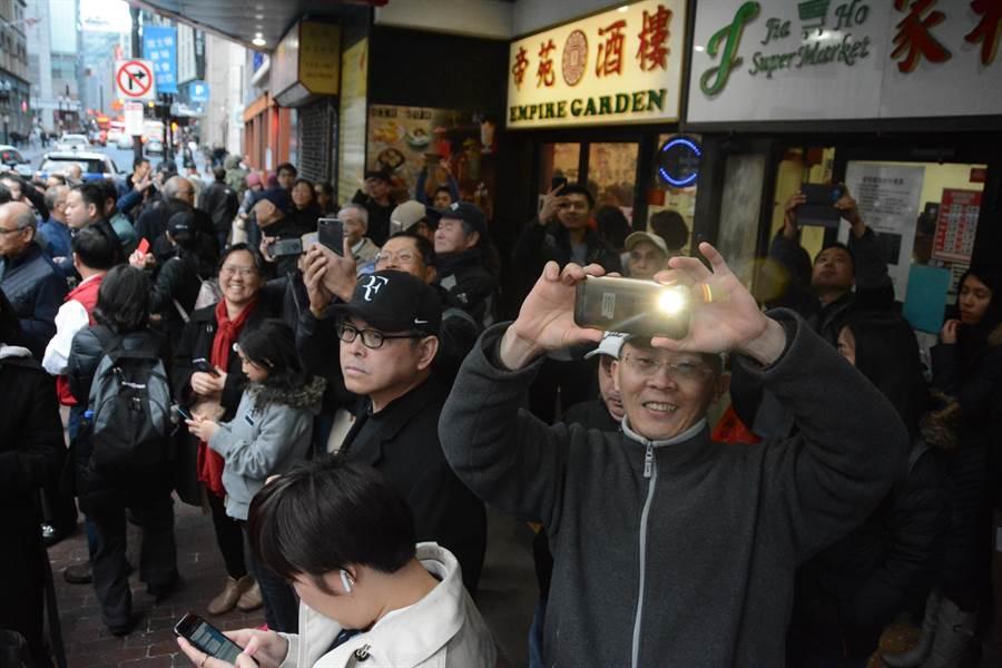 沒買到入場票的僑胞仍自動到場,等在餐廳外面要看韓國瑜一面。(林宏聰攝)