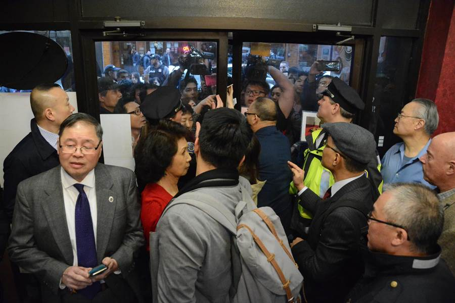 僑宴場面一度混亂,維安的波士頓警方將餐廳大門關上,連李佳芬、高市新聞局長王淺秋也一度無法入場。(林宏聰攝)