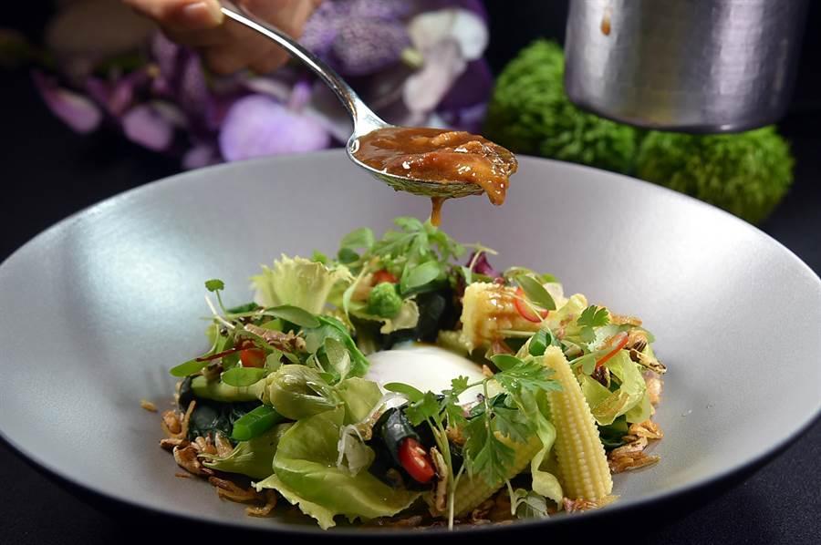 用西生菜等不同時蔬加上玉米筍與 溫泉蛋作沙拉,再淋上晶華府城肉燥,可以輕鬆自己在家作出一道溫沙拉。(圖/姚舜)