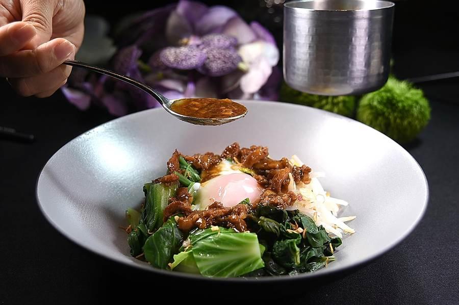 利用晶華〈府城肉燥〉拌製溫沙拉,可以用不同的時蔬作出不同的風味與口感。(圖/姚舜)