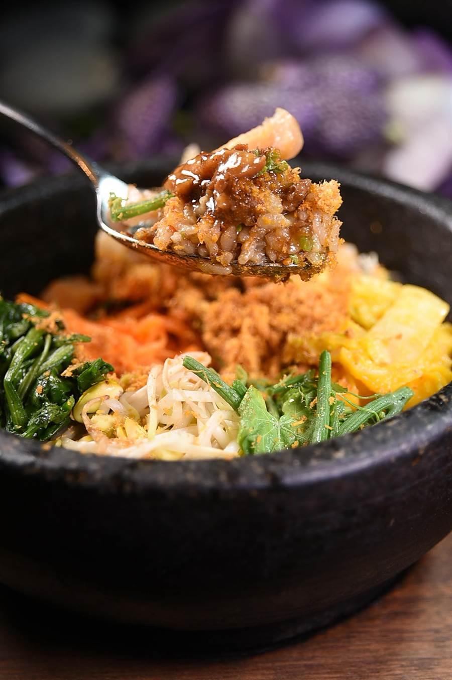 用湯匙往碗裡舀,可以看到〈晶華府城肉燥〉與米飯完整結合。(圖/姚舜)