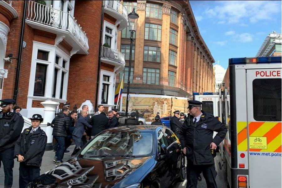在厄瓜多結束對維基解密(WikiLeaks)創辦人阿桑傑的庇護後,英國警方11日將他從厄瓜多駐英使館帶走。(路透)