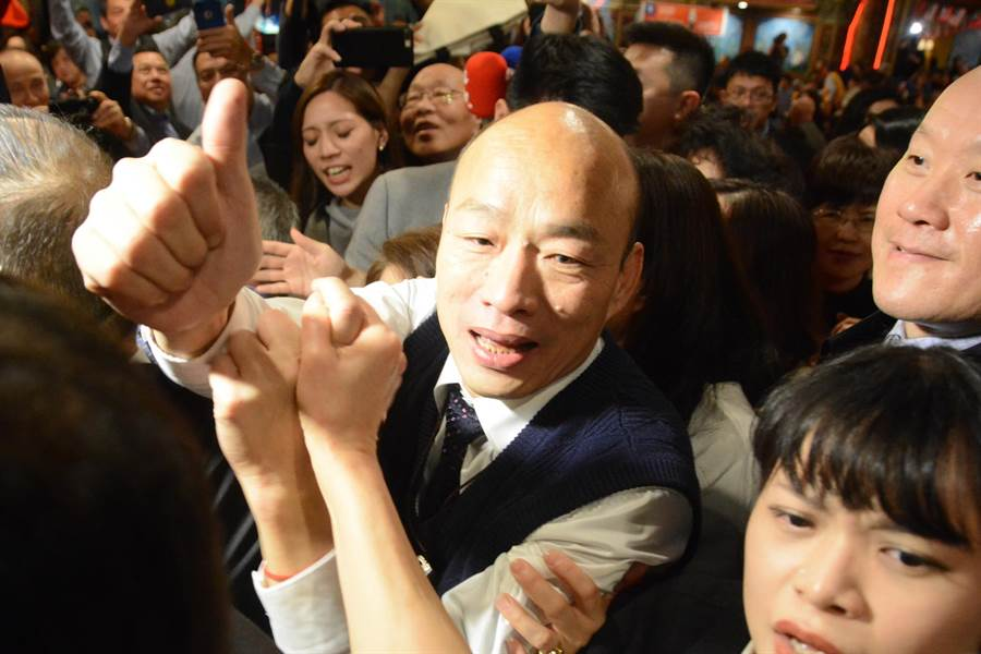韩国瑜离开侨宴会场时,又引起一阵推挤。(林宏聪摄)