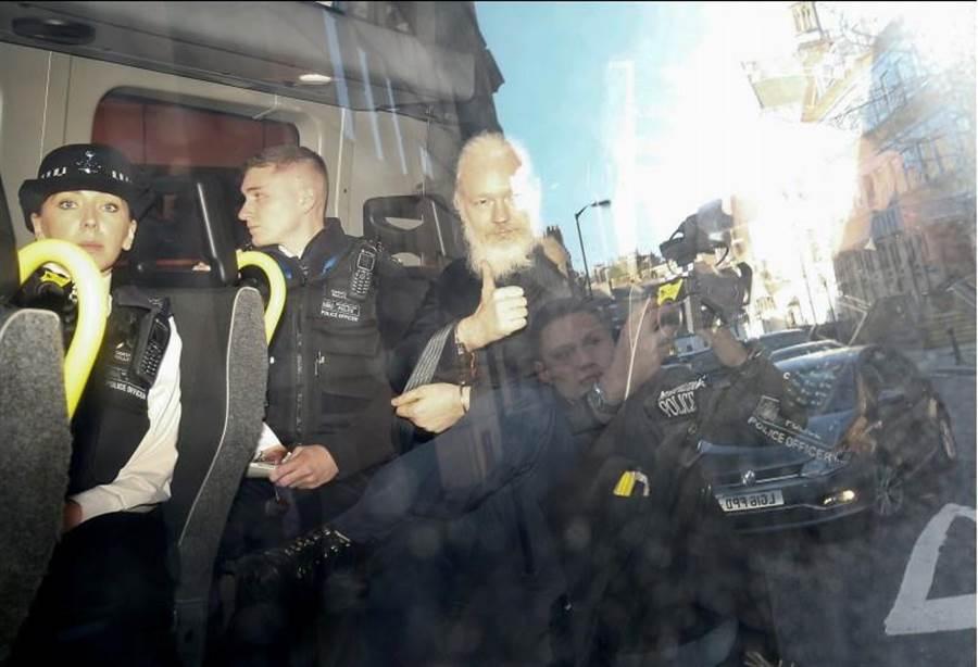 阿桑傑出現於在英國倫敦的法院時,一度向媒體比「讚」。(路透社)