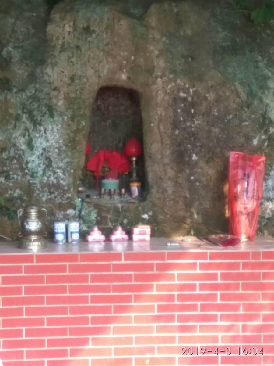 大湖鄉大窩大塊林石穴伯公百年來守護居民,是當地居民的精神支柱與信仰。(大窩文史生態協會提供)