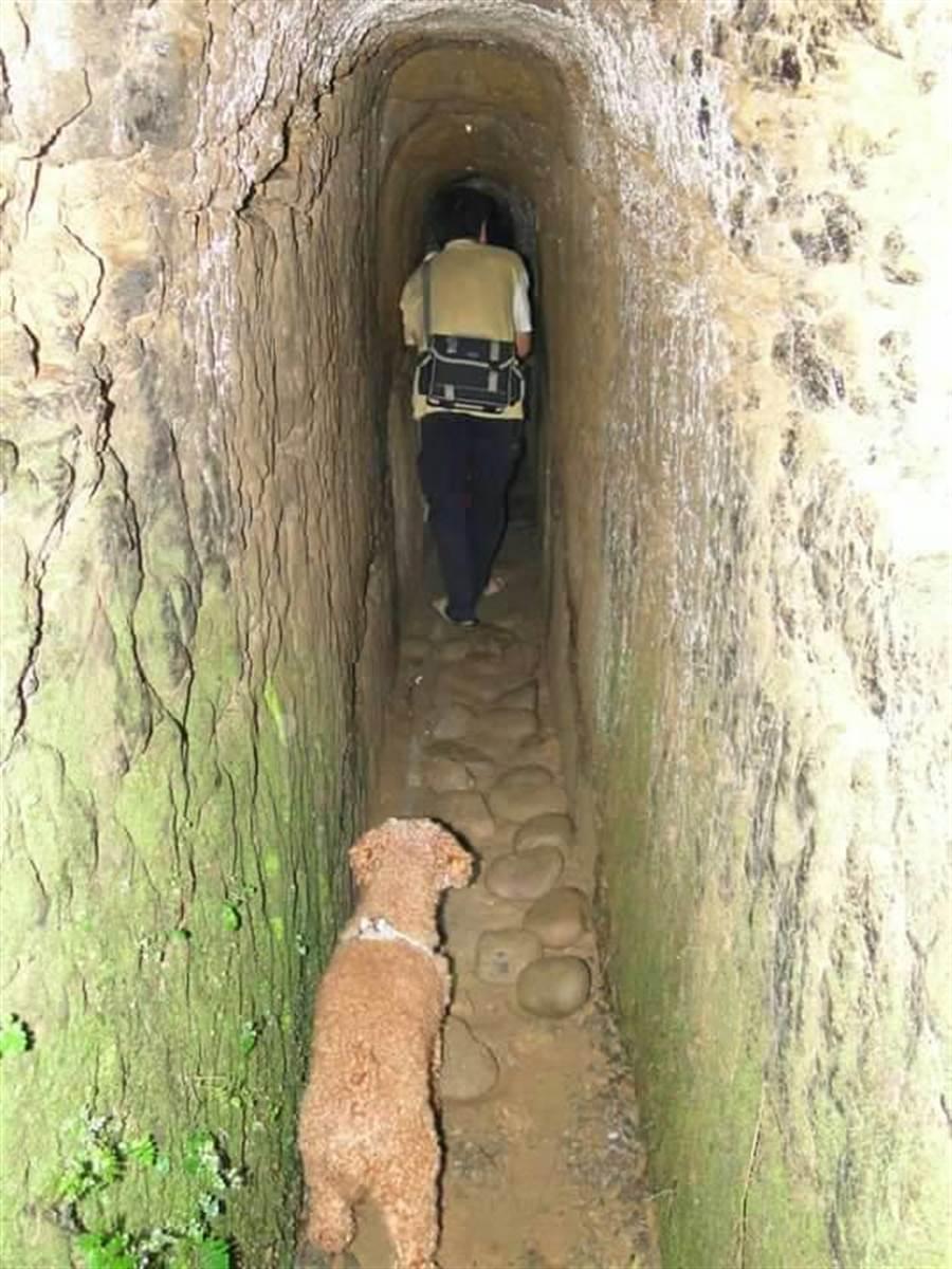 先民為解決飲水及灌溉問題開闢穿窿古圳,至今仍保留完整。(大窩文史生態協會提供)