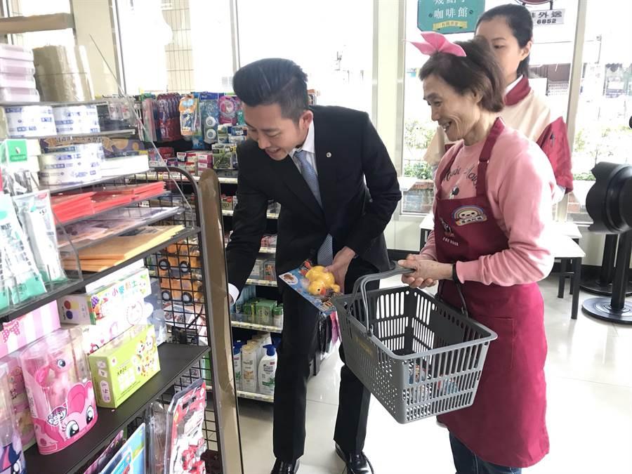 全國第3家、新竹市首間「幾點了咖啡館」12日在科學門市開幕,首日有3位阿嬤當店員,現場超暖心。(陳育賢攝)