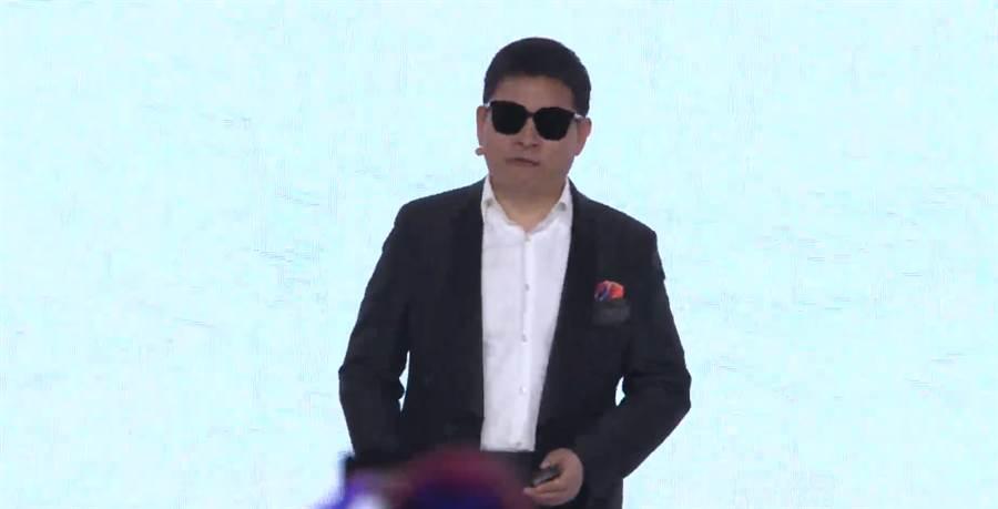 華為消費者業務 CEO 在 P30 系列的巴黎發表會中,佩帶 Eyewear 智能眼鏡。(圖/翻攝YouTube直播畫面)